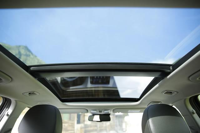 Gegen Aufpreis verwandelt sich der Dachhimmel zum riesigen Panorama-Glas-Schiebedach.