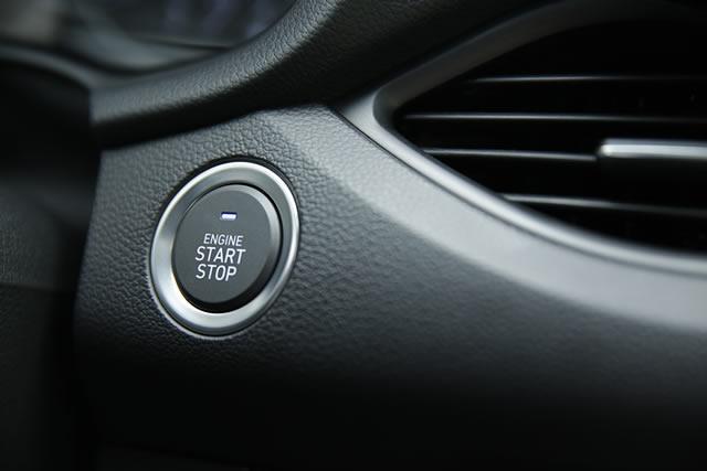 Das Smart-Key-System mit Start-Stop-Knopf ermöglicht das schlüssellose Starten des Motors.