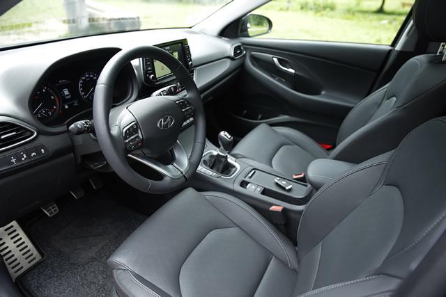 Blick ins Cockpit mit optionalem Lederlenkrad – das Dreispeichen-Design mit Multifunktionstasten gibt es aber immer.