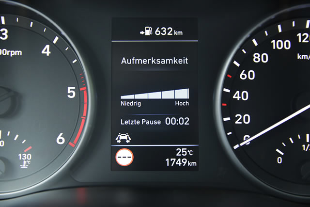 Der Aufmerksamkeitsassistent warnt durch Auswertung von Fahrverhalten und -dauer vor Ermüden und schlägt eine Pause vor.